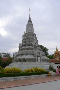 Diese Stupas sind Gräber. Der Guide erklärt uns wer jeweils darin begraben wurde.